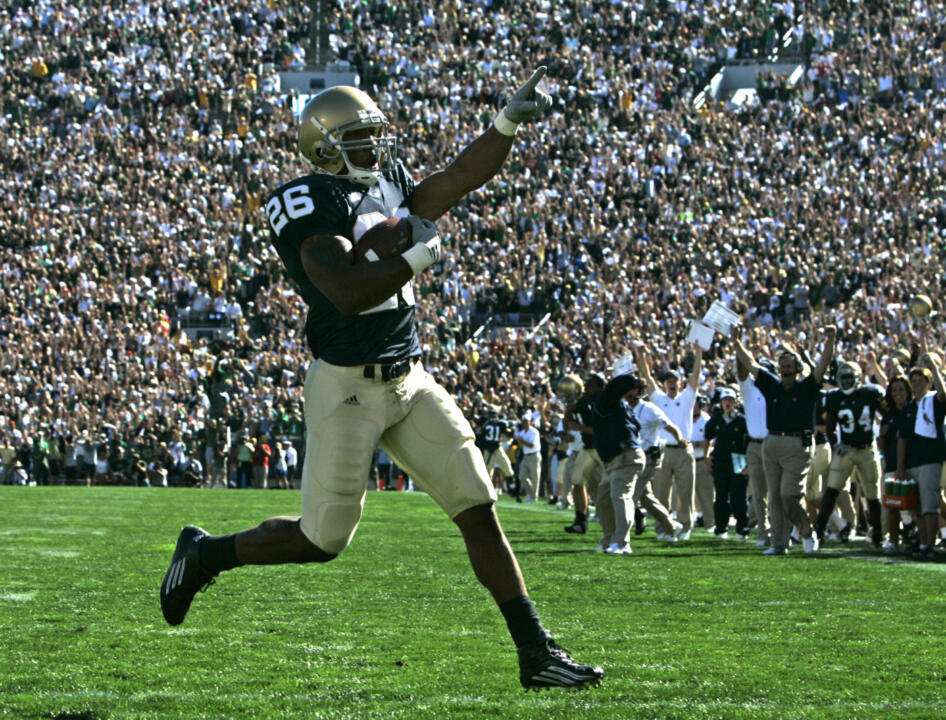 Notre Dame running back Travis Thomas scores a touchdown against Michigan State during the first quarter. This was Notre Dame's first touchdown of the season. (AP Photo/Michael Conroy)