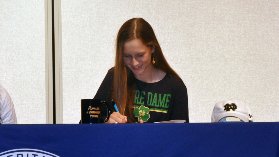 Abby Heck signed a NLI to join the Fighting Irish women's golf program.