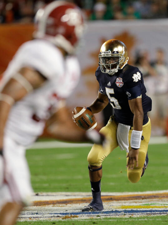 Everett Golson runs during the first half.